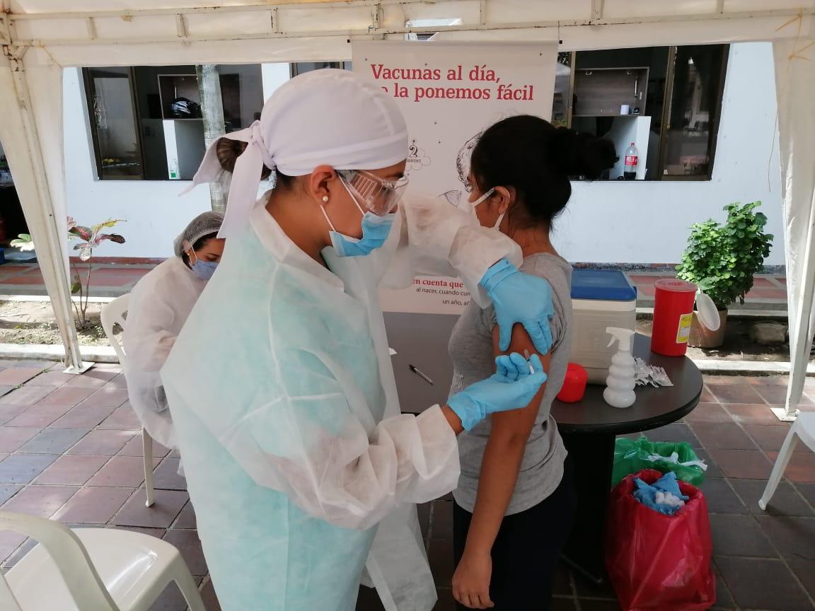 Photo of Vacunaron a profesionales de la Secretaría de Salud Departamental
